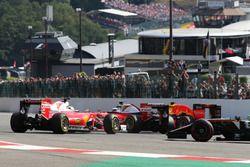 Sebastian Vettel, Ferrari SF16-H gira junto con su compañero de equipo Kimi Raikkonen, Ferrari SF16-