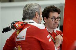 Maurizio Arrivabene, jefe de equipo y Mattia Binotto, administrador de motor de carrera de Ferrari