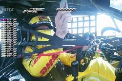 Tom Coronel, Roal Motorsport, Chevrolet RML Cruze TC1 uses his telephone while driving