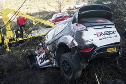 I resti bruciati dell'auto di Ott Tanak, Raigo Molder, DMACK World Rally Team