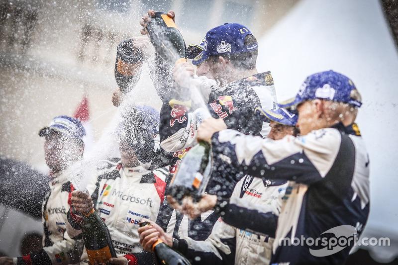 Podio: los ganadores Sébastien Ogier, Julien Ingrassia, M-Sport, los segundos Jari-Matti Latvala, Miikka Anttila, Toyota Racing, los terceros Ott Tänak, Martin Järveoja, M-Sport