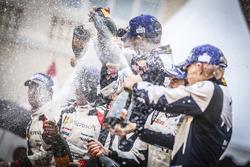 Podium: racewinnaars Sébastien Ogier, Julien Ingrassia, M-Sport, tweede plaats Jari-Matti Latvala, M