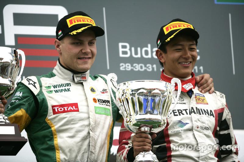 Rio Haryanto merayakan kemenangannya di Race 2 GP3 Hongaria 2011, bersama Valtteri Bottas yang berada di podium kedua.
