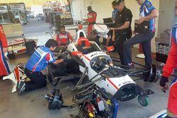 La monoposto di Sébastien Bourdais, Dale Coyne Racing Honda viene riparata
