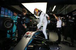 Lewis Hamilton, Mercedes AMG F1, grimpe dans sa voiture