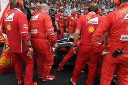 Ferrari ekibi, arızalı Kimi Raikkonen, Ferrari SF70H ile ilgileniyor