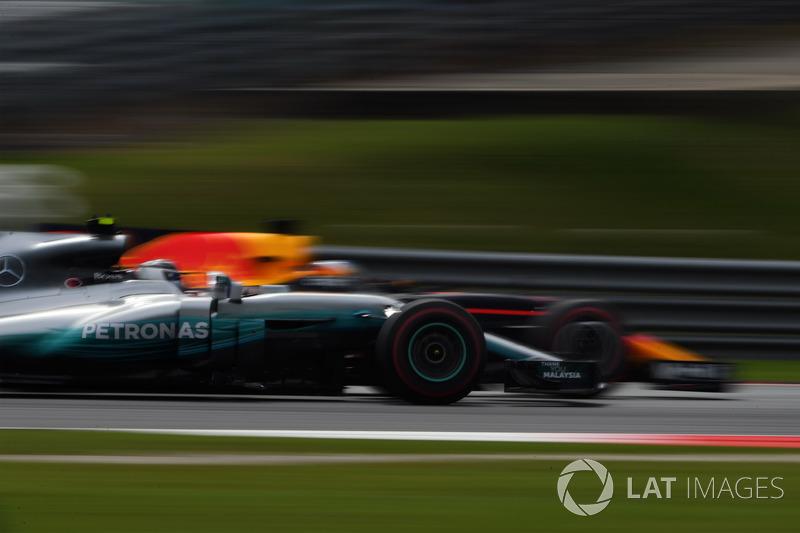 Daniel Ricciardo, Red Bull Racing RB13 and Valtteri Bottas, Mercedes-Benz F1 W08 battle