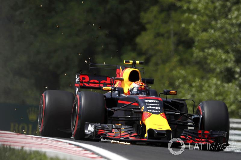 Max Verstappen, Red Bull Racing RB13, saca chispas