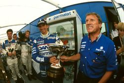 Tweede Damon Hill, Arrows met de trofee en Tom Walkinshaw