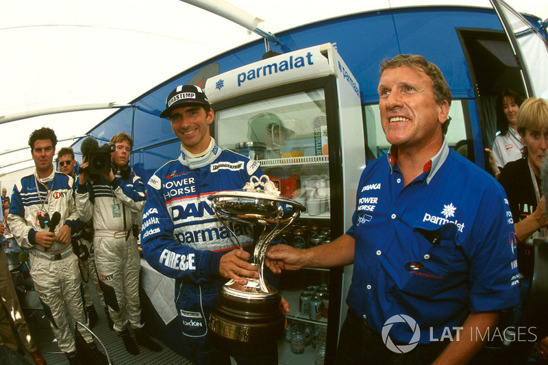 Le second Damon Hill, Arrows avec son trophée et Tom Walkinshaw