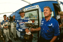 Le second Damon Hill, Arrows avec son trophée et Tom Walkinshaw