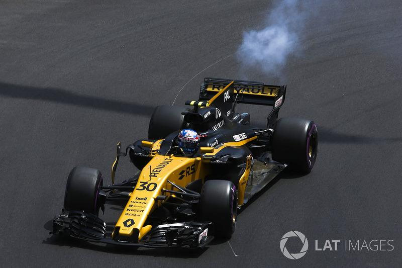Asap keluar dari bagian belakang mobil Jolyon Palmer, Renault Sport F1 Team RS17