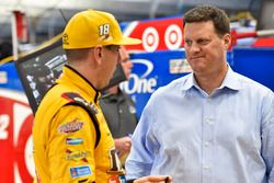 Kyle Busch, Joe Gibbs Racing, Toyota, mit Steve O'Donnell, NASCAR-Vize-Rennchef