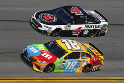 Kyle Busch, Joe Gibbs Racing Toyota y Kevin Harvick, Stewart-Haas Racing Ford