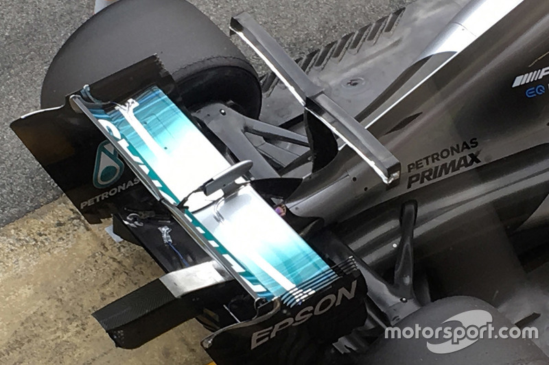 Mercedes AMG F1 W08 dengan sayap-T ganda