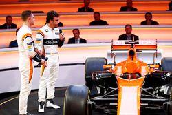 Гонщики McLaren Фернандо Алонсо и Стоффель Вандорн обсуждают MCL32
