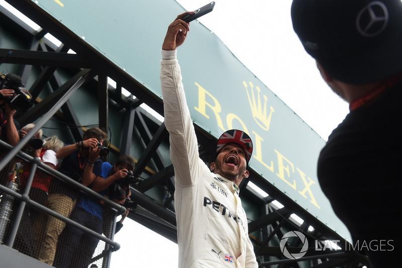 Lewis Hamilton, Mercedes AMG F1 celebrates, a selfie, the fans