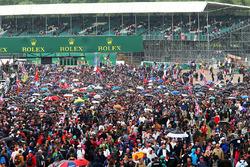 Crowds of fan watch the race at Silverstone