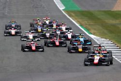 Giuliano Alesi, Trident leads Arjun Maini, Jenzer Motorsport, the rest of the field at the start of