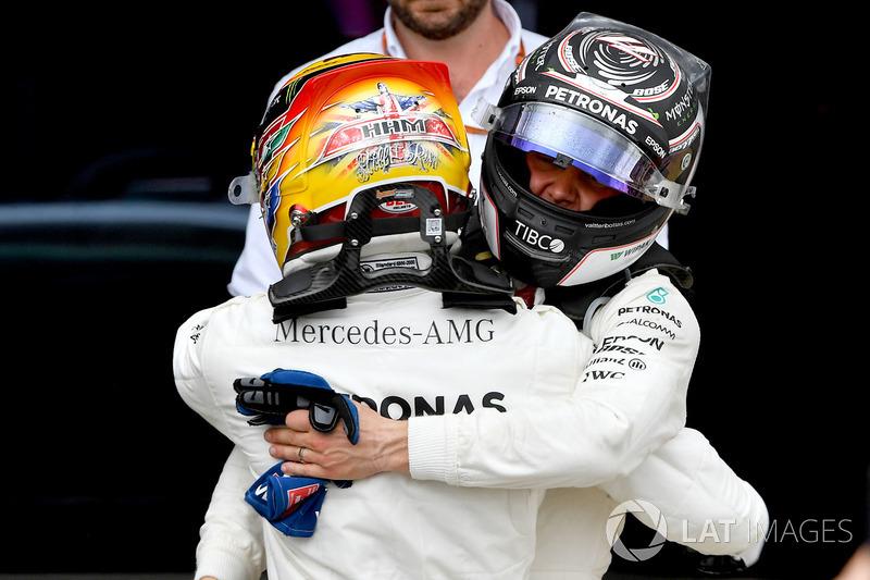Ganador de la carrera Lewis Hamilton, Mercedes AMG F1 celebra en parc ferme con Valtteri Bottas, Mercedes AMG F1