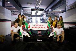 Grid girls on the car of Rob Huff, Honda Racing Team JAS, Honda Civic WTCC