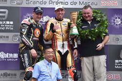 Podium: winnaar Peter Hickman, BMW, tweede Michael Rutter, BMW