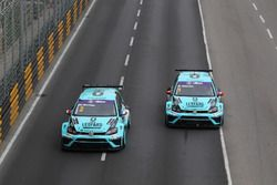 Jean-Karl Vernay, Leopard Racing, Volkswagen Golf GTI TCR; Stefano Comini, Leopard Racing Team Volks
