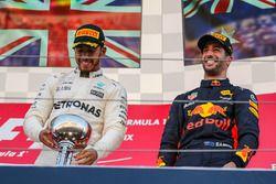 El ganador Lewis Hamilton, Mercedes AMG F1 con Daniel Ricciardo, Red Bull Racing