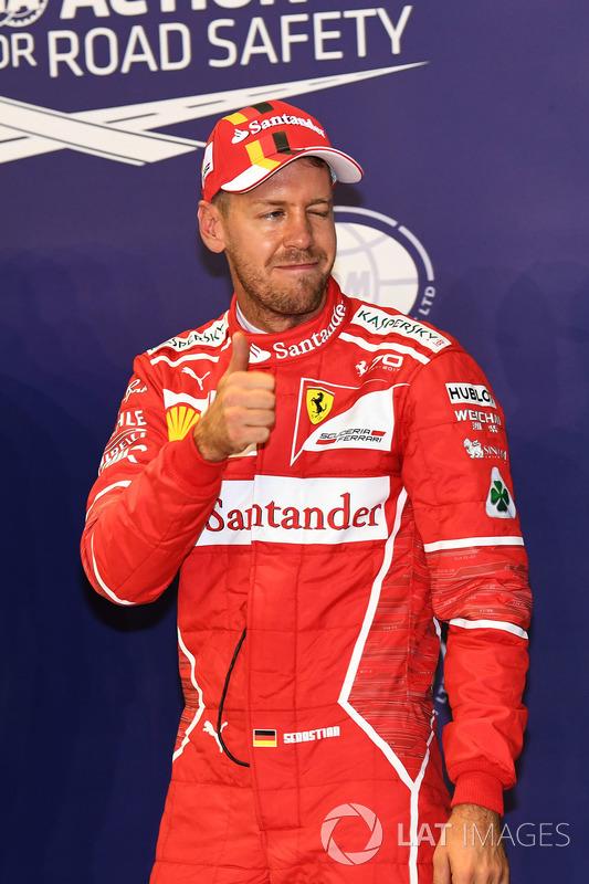 Il poleman Sebastian Vettel, Ferrari, festeggia nel parco chiuso