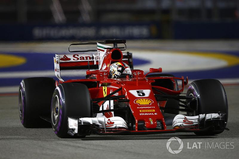 Ganador de la pole Sebastian Vettel, Ferrari SF70H, celebra en su camino a Parc Ferme