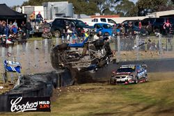 Todd Hazelwood, Brad Jones Racing Holden, Jonothan Webb, Tekno Autosports Holden crash