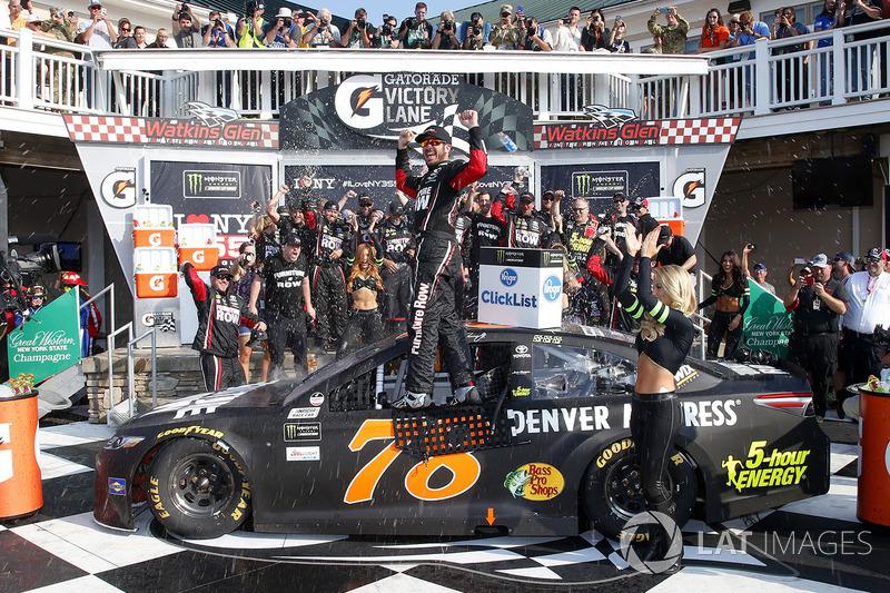 Martin Truex Jr. conquistou a quarta vitória do campeonato, ao triunfar no misto de Watkins Glen, neste domingo.