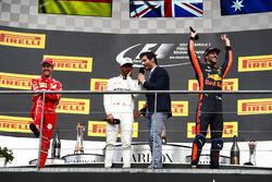 Podium : Mark Webber, Channel 4 F1, interviewe le vainqueur Lewis Hamilton, Mercedes AMG F1, Sebastian Vettel, Ferrari et Daniel Ricciardo, Red Bull Racing