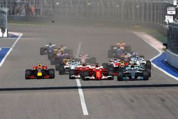 Rennstart: Valtteri Bottas, Mercedes AMG F1 W08; Sebastian Vettel, Ferrari SF70H; Kimi Räikkönen, Fe