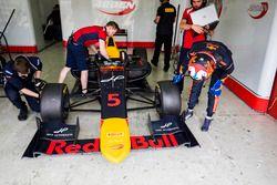Niko Kari, Arden International, regarde son pneu Pirelli