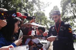 Daniel Ricciardo, Red Bull Racing, signe des autographes aux fans