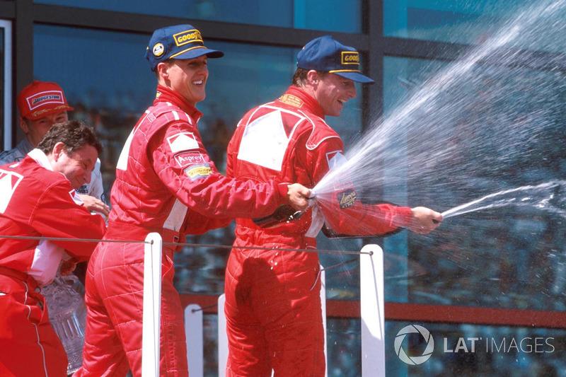 Podio: ganador de la carrera Michael Schumacher, Ferrari, segundo lugar Eddie Irvine, Ferrari, terce
