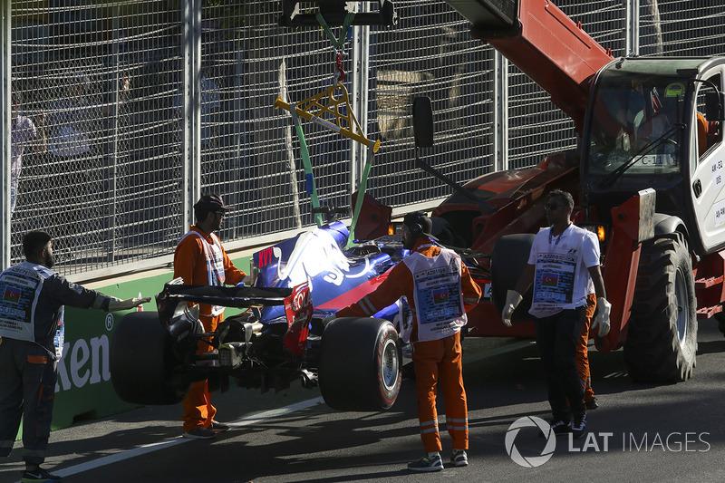 Les commissaires enlèvent la voiture de Daniil Kvyat, Scuderia Toro Rosso STR12 du circuit