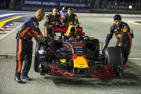 Механіки штовхають Red Bull Racing RB13 Макса Ферстаппена