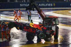 De gecrashte wagen van Max Verstappen, Red Bull Racing RB13 wordt opgeruimd