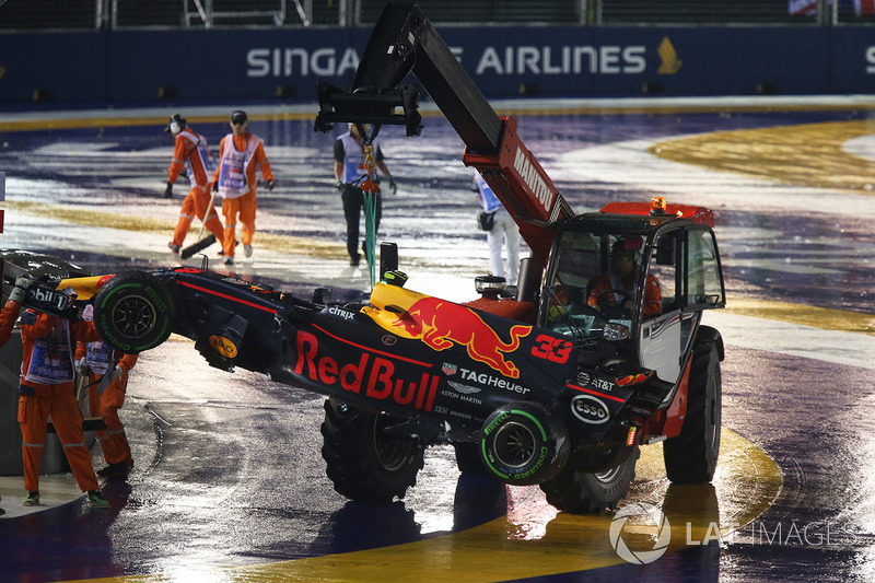 La monoposto incidentata di Max Verstappen, Red Bull Racing RB13 viene recuperata