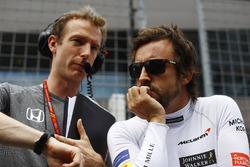 Fernando Alonso, McLaren, parla con il suo ingegnere