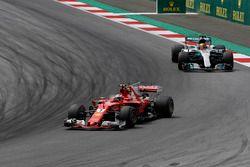 Kimi Raikkonen, Ferrari SF70H, Lewis Hamilton, Mercedes AMG F1 F1 W08