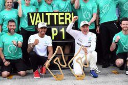 Le vainqueur Valtteri Bottas, Mercedes AMG F1 fête sa victoire avec Lewis Hamilton, Mercedes AMG F1, et l'équipe