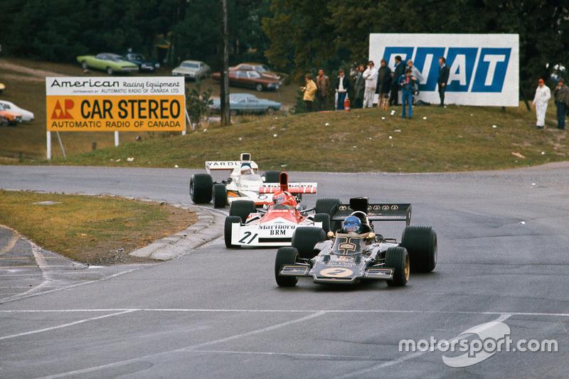 Вскоре Ронни догнал Ники Лауда на BRM P160E. Австриец вышел вперед, впервые в карьере возглавив пелотон, и лидировал до начала пит-стопов