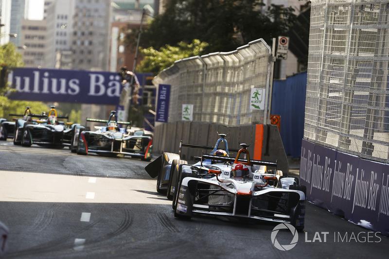 Лоік Дюваль, Dragon Racing, попереду Себастьяна Буемі, Renault e.Dams, на його пошкодженій машині