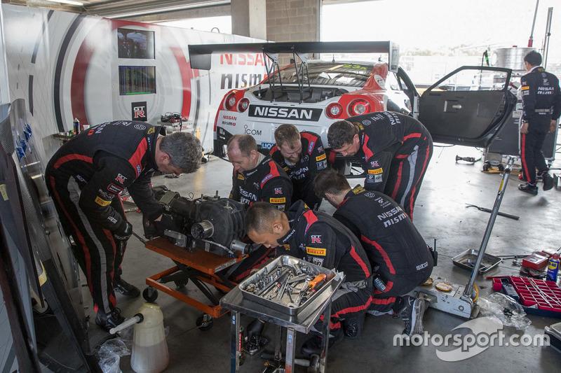 #23 Nissan Motorsport, Nissan GT-R Nismo GT3, siendo reparado