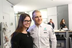 Valtteri Bottas, Mercedes AMG F1 avec un employé de Mercedes-Benz