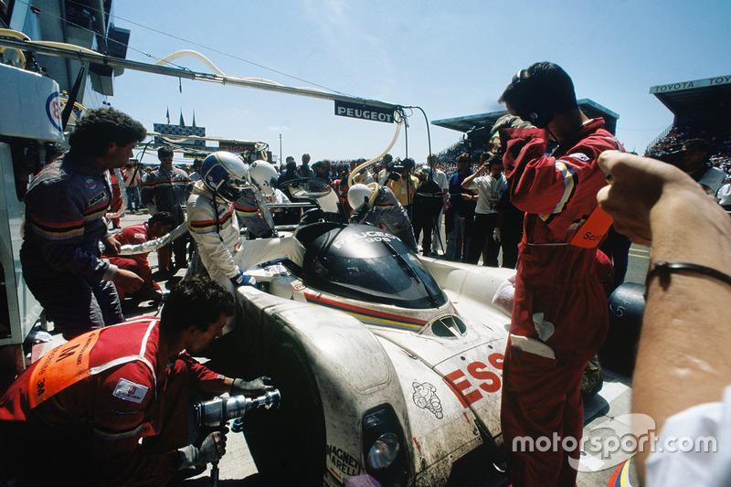 1993 год. Экипаж Эрика Элари, Кристофа Бушю и Джеффа Брэбэма, Peugeot 905