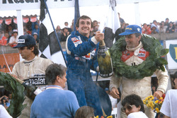 Podio: il vincitore Alain Prost, Renault, il secondo classificato John Watson, McLaren, il terzo cla
